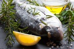 Ruwe vissen klaar voor het koken Stock Afbeeldingen