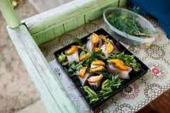 Ruwe vissen met groenten en kruiden op de pan Royalty-vrije Stock Foto's