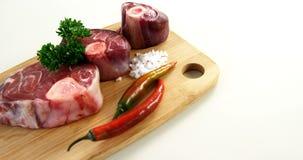 Ruwe vlees en ingrediënten op houten raad stock footage