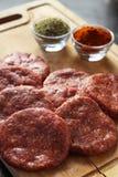 Ruwe vleesballetjes op een houten achtergrond met herbals Stock Foto