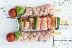 Ruwe vleeskebabs op vleespen met groenten Royalty-vrije Stock Afbeeldingen
