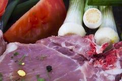 Ruwe vleesknoflook en tomaat Royalty-vrije Stock Foto's
