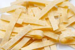Ruwe voedsel Italiaanse Macaroni Deegwaren op witte achtergrond stock foto's