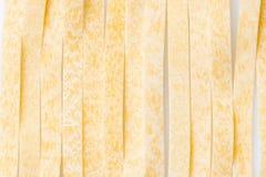 Ruwe voedsel Italiaanse Macaroni Deegwaren op witte achtergrond stock foto