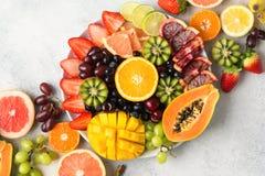 Ruwe vruchten bessenschotel royalty-vrije stock afbeeldingen