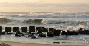 Ruwe waterneerstortingen in pier Royalty-vrije Stock Foto