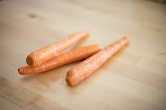 Ruwe wortelen op houten lijst royalty-vrije stock afbeeldingen