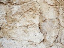 Ruwe zandoppervlakte met diepe barsten en kleine stenen, abstracte textuur of achtergrond stock afbeelding