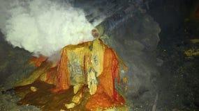 Ruwe zwavelmijnbouw in de krater van de actieve vulkaan van Kawah Ijen op Java stock afbeeldingen