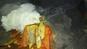 Ruwe zwavelmijnbouw in de krater van de actieve vulkaan van Kawah Ijen op Java stock foto's
