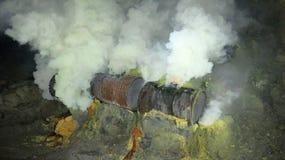 Ruwe zwavelmijnbouw in de krater van de actieve vulkaan van Kawah Ijen op Java royalty-vrije stock afbeelding