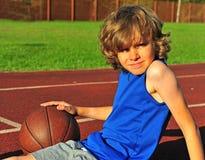 Ruwharige jongen op het hof met basketbal Royalty-vrije Stock Fotografie