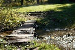 Ruzomberok - Cutkovska谷-步行通过与一座小桥梁的谷在Cutkovska谷的一条山河 图库摄影
