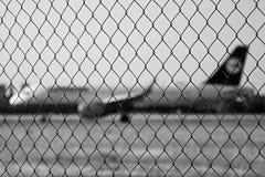 Ruzyne Tjeckien - Augusti 16, 2018: stryka staketet med det Lufthansa flygplanet på bakgrund i den Vaclav Havel flygplatsen i den royaltyfri bild
