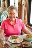 Rv-älteres Frauen-Speisen Stockfoto