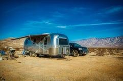 RV располагаясь лагерем с Airstream в пустыне Калифорнии стоковые фотографии rf