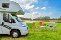 RV (露营车)在野营,家庭度假旅行 库存图片