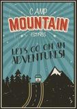 减速火箭的夏天或寒假海报 旅行和假期小册子 野营的电视节目预告横幅 葡萄酒RV,山,树 免版税库存照片