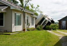 RV auf seinem seitlichen Sturm-Schaden Lizenzfreie Stockbilder