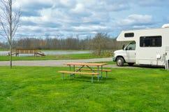 Rv-Camper beim Kampieren, Familienurlaubreise, Feiertagsreise durch motorhome Lizenzfreie Stockfotos