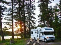 Rv dans le terrain de camping reculé image stock