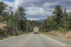 Rv dans les montagnes du Colorado image stock