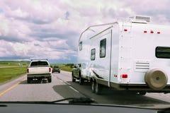 Rv en auto's op weg stock foto's