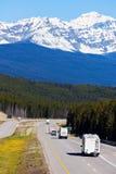 Rv en bussen op de weg in het Nationale Park van Banff royalty-vrije stock fotografie
