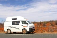 Rv en dunas de arena rojas en Stuart Highway, Australia Imágenes de archivo libres de regalías