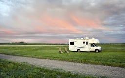RV geparkt unter erstaunlichem Himmel Lizenzfreie Stockfotos