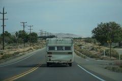 Rv-husvagn som kör på vägen Arkivbild