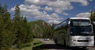 Rv a lo largo de un parque nacional 4k 24fps de yellowstone