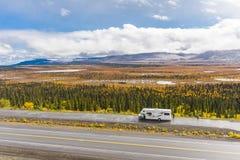 Rv, motorhome op de wegen van Alaska Denaliweg stock afbeeldingen