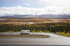 Rv, motorhome op de wegen van Alaska Denaliweg royalty-vrije stock foto
