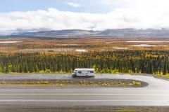 Rv, motorhome op de wegen van Alaska Denaliweg royalty-vrije stock afbeeldingen