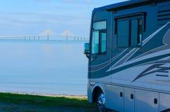 RV på stranden med den Tampa Bay Skyway bron Royaltyfri Fotografi