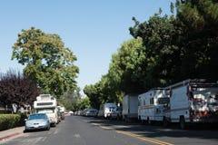 RV pojazdy parkujący na bocznej ulicie w Mountain View, Kalifornia Zdjęcie Royalty Free