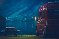 RV som campar på natten Royaltyfri Fotografi