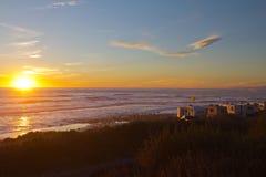 Rv-Wohnmobile auf dem Strand am Sonnenuntergang Lizenzfreie Stockfotos