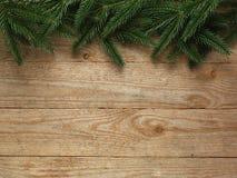 Árvore de abeto do Natal com a decoração no fundo da placa de madeira com espaço da cópia Fotografia de Stock Royalty Free