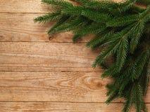 Árvore de abeto do Natal com a decoração no fundo da placa de madeira com espaço da cópia Fotografia de Stock