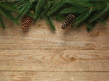 Árvore de abeto do Natal com a decoração no fundo da placa de madeira com espaço da cópia Fotos de Stock Royalty Free