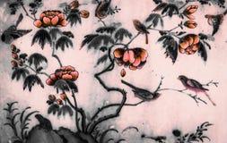 A ?rvore e o preto e branco isolado pinturas da arte das flores na parede do teste padr?o das telhas ao longo das galerias do tem fotografia de stock