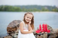 ?rvore no campo Jogo despreocupado da infância feliz na areia aberta O conceito da menina bonito pequena do resto e do escarlate  fotografia de stock