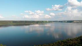 ?rvores novas, planta??es nas inclina??es Vista a?rea na garganta de Dniester, rio, ba?a de Bakota no parque nacional Podilski To vídeos de arquivo
