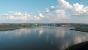 ?rvores novas, planta??es nas inclina??es Vista a?rea na garganta de Dniester, rio, ba?a de Bakota no parque nacional Podilski To filme