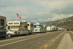 RVs estacionou na borda da estrada em Faria Beach National Park fotos de stock