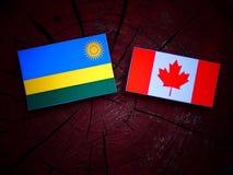 Rwanda flaga z kanadyjczyk flaga na drzewnym fiszorku odizolowywającym zdjęcia royalty free