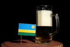Rwanda flaga z piwnym kubkiem na czerni Obrazy Stock