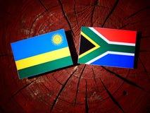 Rwanda flaga z południe - afrykanin flaga na drzewnym fiszorku odizolowywającym Fotografia Royalty Free